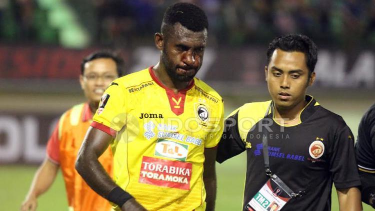 Rudolof Yanto Basna ditarik keluar karena mengalami cedera bagian hidungnnya.