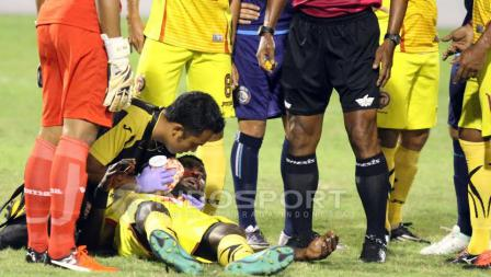 Rudolof Yanto Basna saat mengalami cedera.