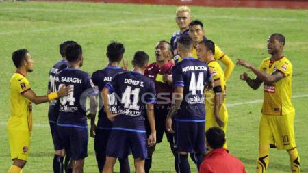 Pemain Arema FC saat berargumen kepada wasit. - INDOSPORT
