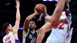 Dalam laga NBA antara Houston Rockets vs LA Clippers Austin Rivers yang bermain di Rockets memberi isyarat kepada wasit untuk mengusir pelatih Clippers, Doc Rivers yang merupakan ayahnya.