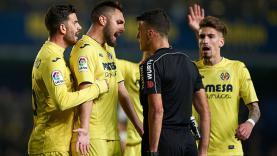 Protes para pemain Villarreal terhadap keputusan wasit Gil Manzano dalam laga kontra Real Madrid.