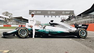 Lewis Hamilton bersama mobil baru Mercedes di musim balap 2017.