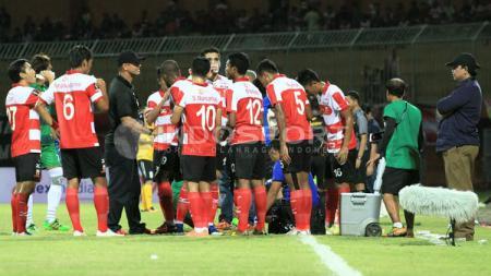 Achsanul Qosasi (kanan) saat memantau briefing tim Madura United. - INDOSPORT