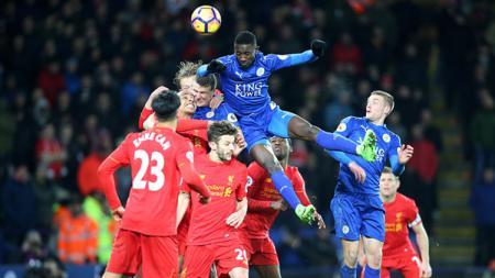Kondisi perebutan bola pemain Licester City vs Liverpool. - INDOSPORT