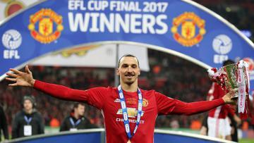 Zlatan Ibrahimovic pose dengan background Man United Juara Piala Liga Inggris.
