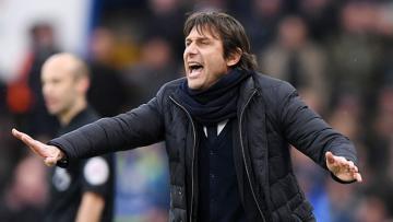 Pelatih asal Italia, Antonio Conte memberikan instruksi kepada anak asuhnya, Chelsea.