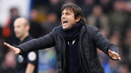 Pelatih asal Italia, Antonio Conte memberikan instruksi kepada anak asuhnya, Chelsea. - INDOSPORT