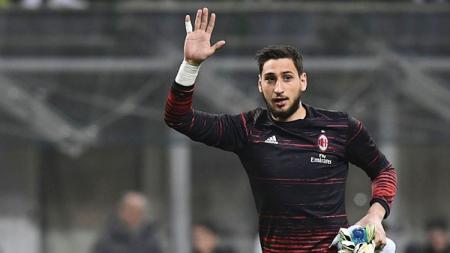 Kiper muda AC Milan, Gianluigi Donnarumma melambaikan tangan kepada suporter. - INDOSPORT