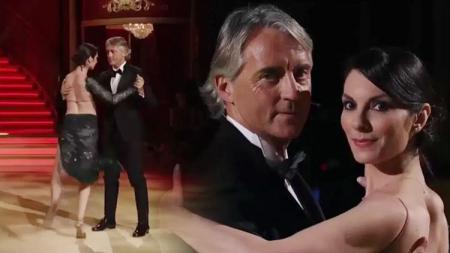Roberto Mancini berdansa dengan Roberta Beccarini. - INDOSPORT