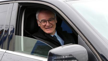 Claudio Ranieri saat menngendarai mobil. - INDOSPORT