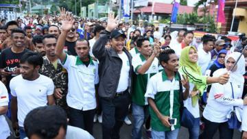 Menpora, Imam Nahrawi, saat mengikuti jalan sehat bersama Fatayat NU di Ambon, Maluku. Selasa (28/02/17) pagi.