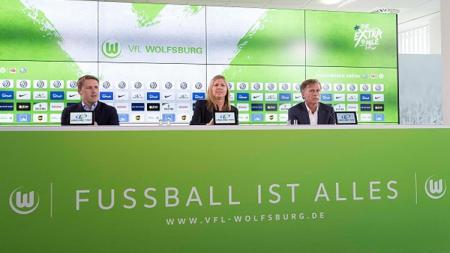 Direktur olahraga Wolfsburg Olaf Rebbe (kiri) memperkenalkan pelatih baru Andries Jonker (kanan) saat jumpa pers. - INDOSPORT