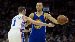 Indosport - Stephan Curry berusaha melawati pemain Philadelphia 76ers.
