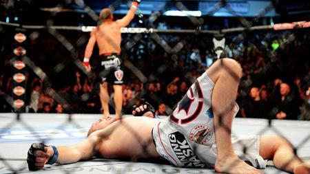 Seorang petarung Mixed Martial Arts (MMA), Richard Treiu tak sadarkan diri usai ditaklukan oleh lawannya Emon Baker melalui teknik bantingan. - INDOSPORT