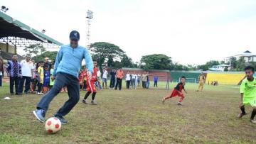 Menpora Imam Nahrawi saat meninjau Stadion Mandala dan Pusat Pendidikan dan Latihan Olahraga Pelajar (PPLP) Kota Ambon dan Stadion Mandala, Maluku