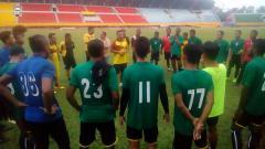 Indosport - Pemain Sriwijaya FC mendapatkan pengarahan dari tim pelatih.