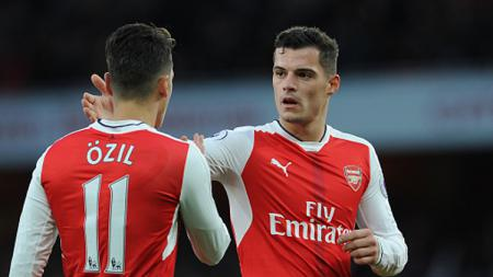 Granit Xhaka berikan selamat kepada Mesut Ozil setelah berhasil mencetak gol ke gawang AFC Bournemouth bulan November 2016 silam. - INDOSPORT