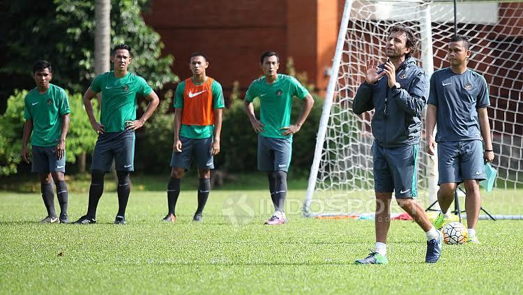 Luis Milla saat memberikan instruksi kepada para pemain seleksi.
