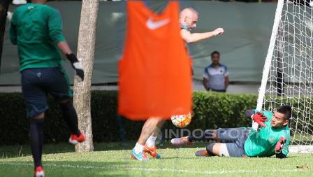 Pelatih Kiper, Eduardo Perez saat melatih penjaga gawang, Ravi Murdianto.