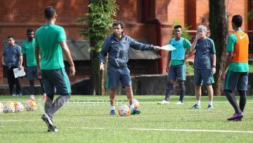 Pelatih Timnas Indonesia U-22, Luis Milla, memberikan instruksi kepada pemain seleksi kedua.