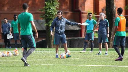 Para pemain seleksi memperhatikan instruksi yang diberikan Luis Milla.
