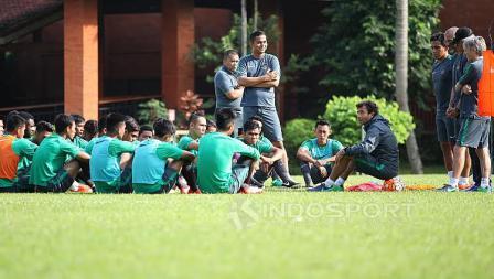 Luis Milla dan jajaran pelatih saat memberikan instruksi kepada para pemain Timnas U-22 Indonesia.