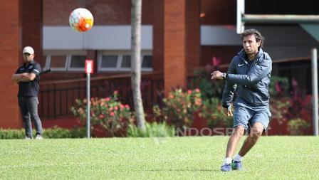Luis Milla memperlihatkan kemampuannya di sela-sela latihan.