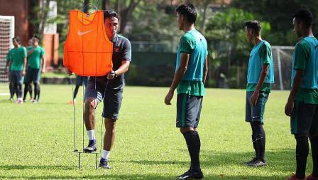 Bima Sakti saat memberikan instruksi kepada para pemain Timnas Indonesia.