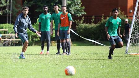 Luis Milla saat memberikan arahan kepada para pemain seleksi Timnas Indonesia.