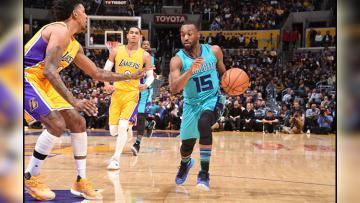 Pemain Charlotte Hornets, Kemba Walker berusaha melewati penjagaan pemain Lakers.