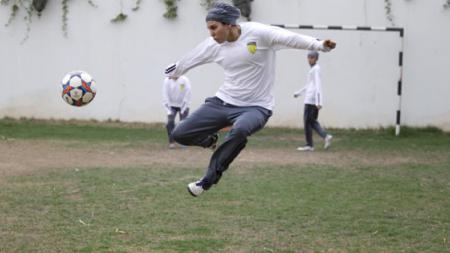 Seorang pesepakbola wanita asal Arab Saudi yang tengah berlatih. - INDOSPORT