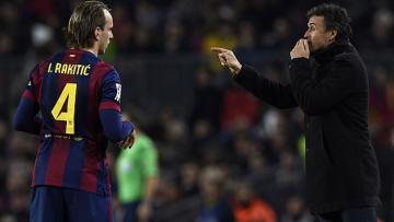 Gelandang Barcelona, Ivan Rakitic bersama Luis Enrique.