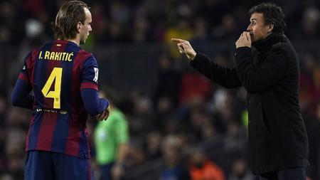 Gelandang Barcelona, Ivan Rakitic bersama Luis Enrique. - INDOSPORT