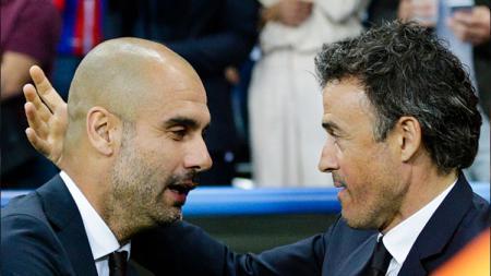 Pelatih Barcelona, Luis Enrique bersalaman dengan Pep Guardiola. - INDOSPORT