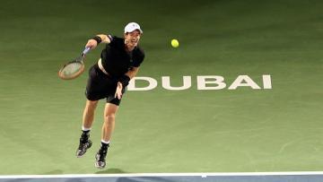 Aksi Andy Murray melepaskan service saat bertemu Guillermo Garcia-Lopez di perempatfinal Dubai Terbuka.