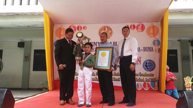 Penghargaan dari Lembaga Prestasi Indonesia-Dunia (LEPRID) kepada pecatur cilik berprestasi, Aditya Bagus Arfan. Copyright: Eka Prasaja