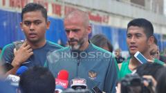 Indosport - Eduardo Perez saat memberikan keterangan usai latihan pagi tadi di Lapangan Universitas Pelita Harapan Karawaci.