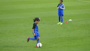 Abdurrahman Iwan (sedang menendang bola) saat berlatih di Aspire Academy.