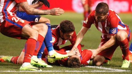 Fernando Torres mendapat pertolongan pertama dari Gabi dan Sime Vrsaljko. - INDOSPORT