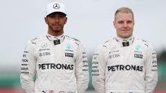 Indosport - Pembalap Formula 1 tim Mercedes, Lewis Hamilton (kiri) dan Valtteri Bottas.