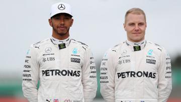 Pembalap Formula 1 tim Mercedes, Lewis Hamilton (kiri) dan Valtteri Bottas.
