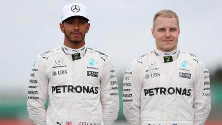 Pembalap Formula 1 tim Mercedes, Lewis Hamilton (kiri) dan Valtteri Bottas. - INDOSPORT