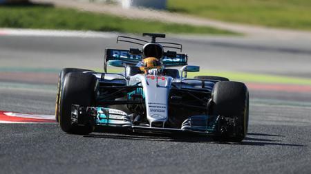 Lewis Hamilton saat melakukan tes di Sirkuit Catalunya. - INDOSPORT