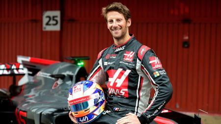 Pembalap tim Haas Formula 1, Romain Grosjean poses saat pemotretan bersama mobil VF17 barunya di Sirkuit Catalunya. - INDOSPORT