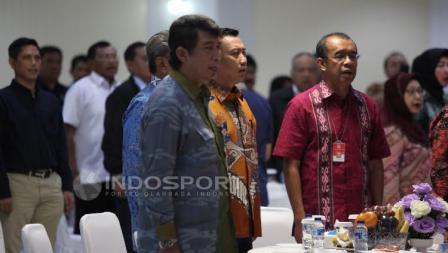 Menpora, Imam Nahrawi didampingi Sesmenpora, Gatot Dewa S Broto saat menyanyikan lagu kebangsaan Indonesia Raya pada acara Konsolidasi Persiapan SEA Games 2017 dan Asian Games 2018.