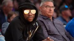 Indosport - Floyd Mayweather saat menyaksikan pertandingan basket Los Angeles Lakers vs San Antonio Spurs.