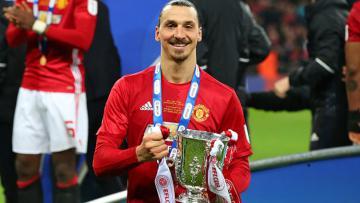 Penyerang Manchester United, Zlatan Ibrahimovic pamer trofi Piala Liga Inggris.