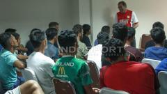 Indosport - Pelatih PSM Makassar adakan class meeting pada pemain.