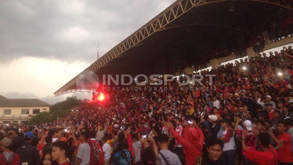 The Jakmania saat mendukung Persija Jakarta melawan Persita Tangerang. Copyright: Muhammad Adiyaksa/Indosport