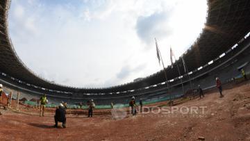 Stadion GBK yang tengah direnovasi.